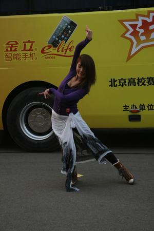 中国政法大学的蒙古留学生展现曼妙舞姿