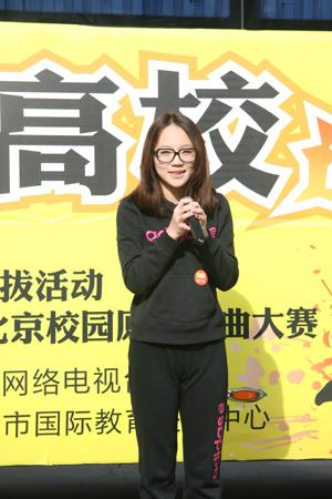 北京邮电大学的美女大学生在现场演唱