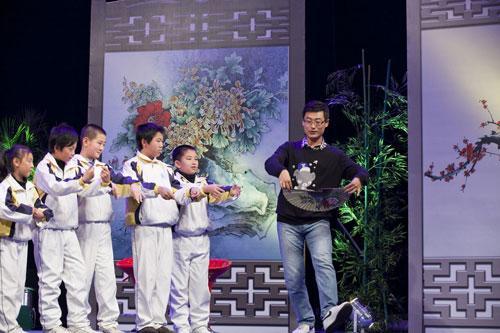 嘉宾冯子洋教小同学小生扇子的身段动作