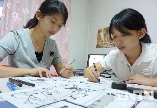 柳霜霏(右)在创作漫画