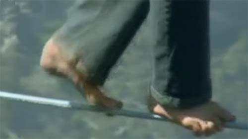 视频惊险时刻 美国:徒手赤脚走钢绳