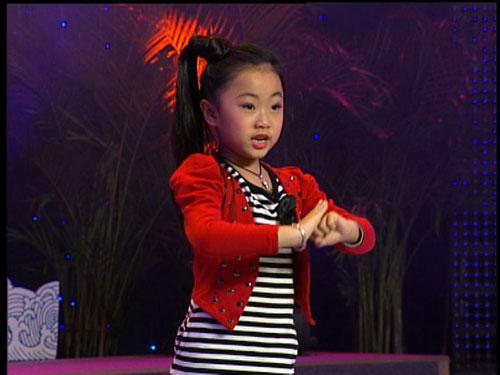 张涵韵在乘胜追击环节里表演豫剧《花木兰》选段