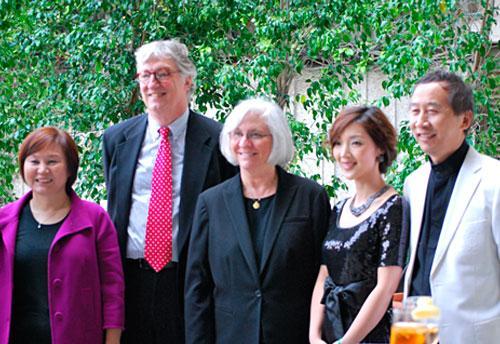 2010年5月14日,俏佳人传媒总裁李燕在中美电影节期间与UCLA电影、电视、戏剧学院院长特里(左三),UCLA主办方之一UCLA电影档案馆馆长克瑞士(左二)以及中国著名导演冯小宁及夫人合影