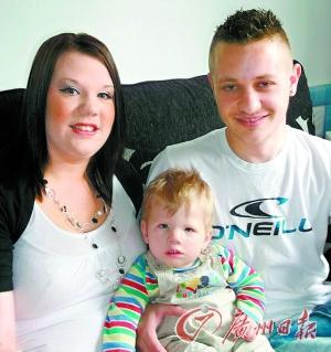 男婴科迪·詹姆斯及其父母