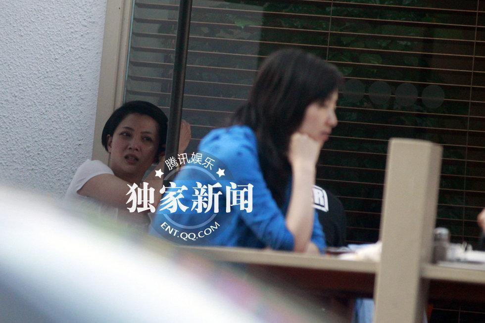日前,记者在北京东四环附近街头发现了殷桃的身影。当日,其素颜亮相,黑眼圈明显。现场,殷桃正和几位朋友聊得兴起,表情丰富、手舞足蹈。   随后,殷桃点了只烟,享受地抽着,瞪大眼睛、牙咬烟嘴的样子十分搞怪。其和朋友们一直聊到天黑。离去时,殷桃没有乘车,而是一屁股坐上帅气朋友的摩托车。不过,小小摩托车坐上两个人显得有点挤,但殷桃还是很兴奋。(赵阳阳 图/文)