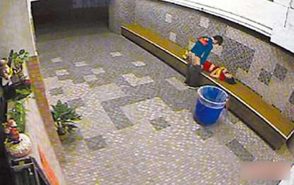 趁女友酒醉不省人事 公厕穿堂椅子褪裤性侵 图