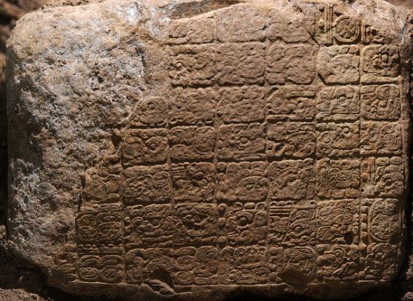 """新发现的古玛雅人石板,揭示了玛雅历法的""""终结日期""""。这是迄今为止发现的第二个证实古玛雅历法终结日期的象形文字证据。"""