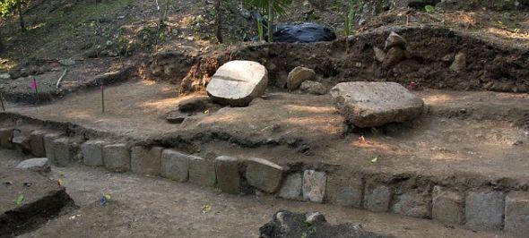 刻有象形文字的石板,是在危地马拉的拉科罗纳考古遗址发现的