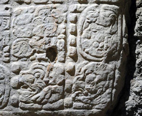 在拉科罗纳考古遗址被掠夺者丢弃的石板上,考古学家发现了象形文字