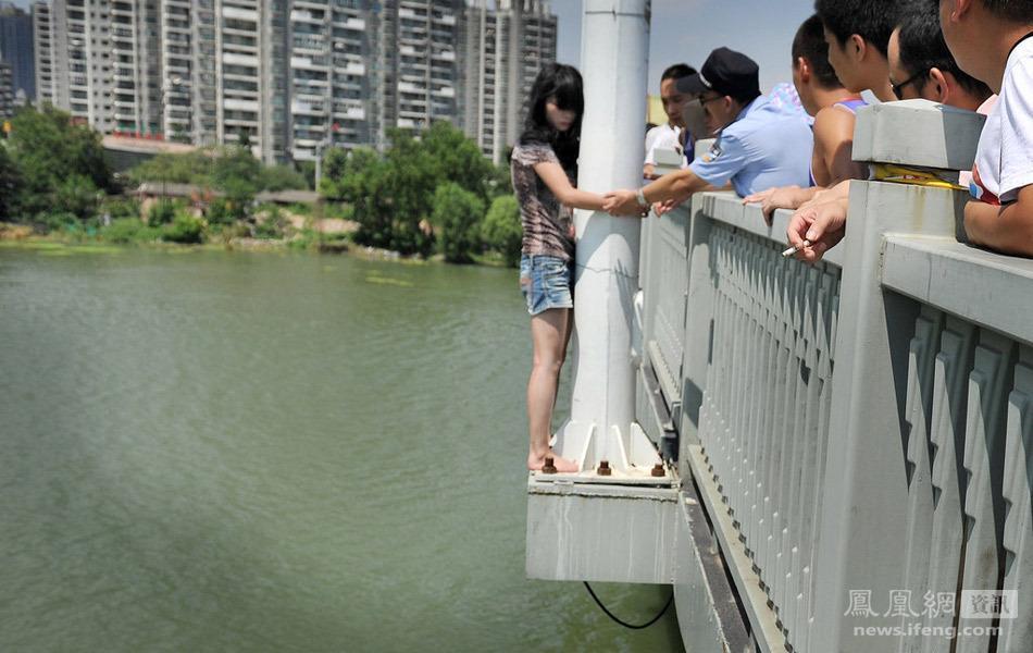 武汉一年轻女子跳桥轻生 男友认错下跪劝回组