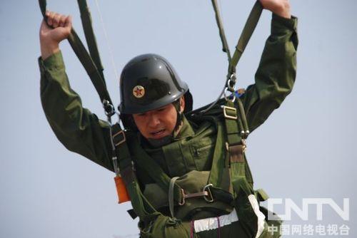 《成长》郭晓冬高空跳伞
