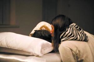 """吻醒""""睡美人""""的是一个大学女生"""