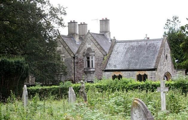 房子周围尽是墓碑和雕像