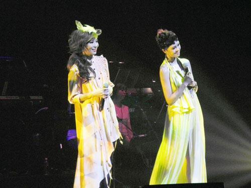 郁可唯新加坡获年度金曲携手林凡狮城开唱