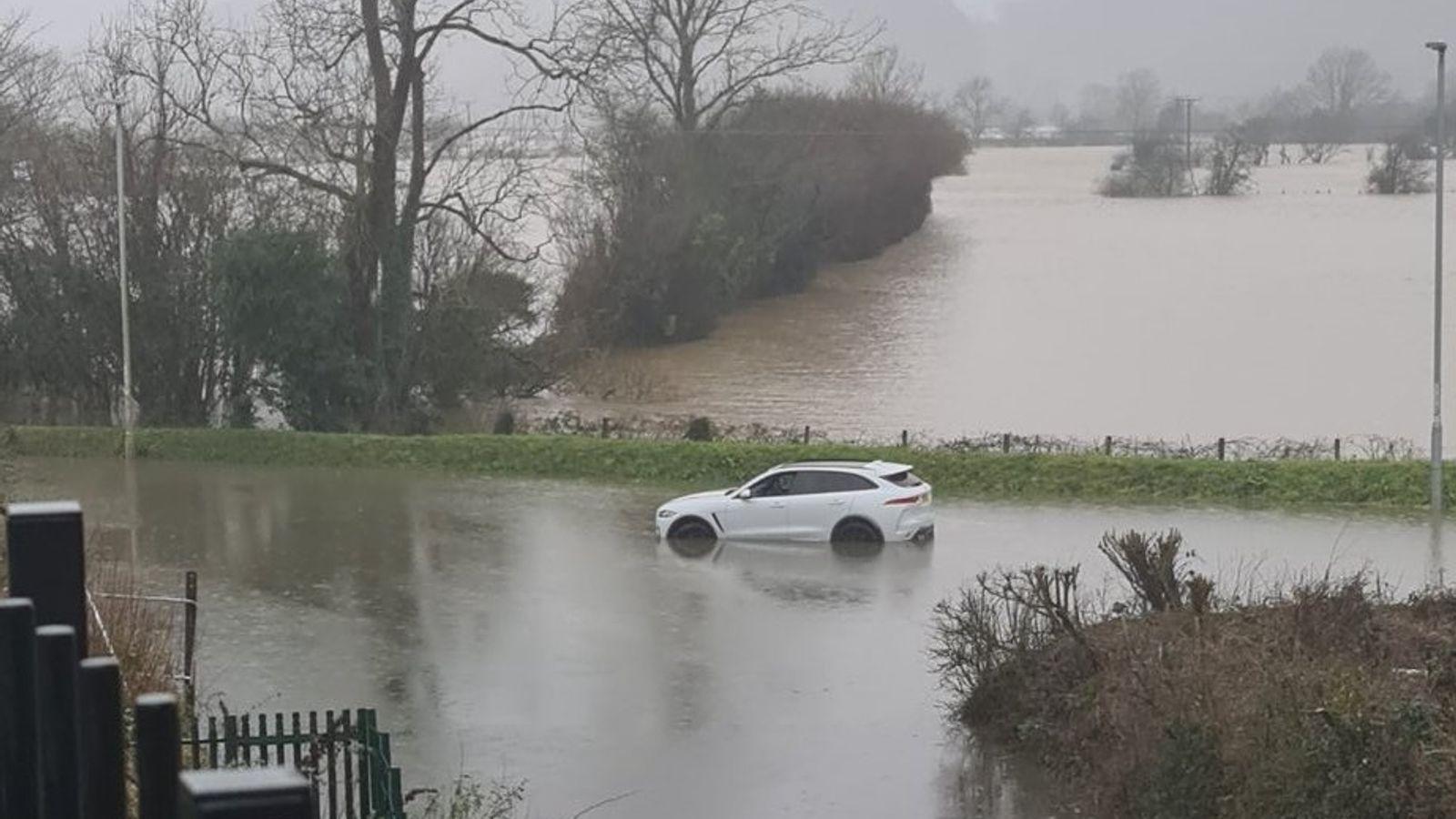 英国发布严重洪水警告 部分居民撤离居所