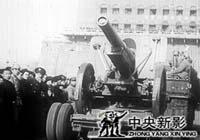 1949年2月3日,在前�T箭�桥e行了�f�赖娜嗣窠夥跑�入城�x式。市民走上街�^�g迎解放�,�b甲�、炮�、�T兵、步兵�挠蓝ㄩT�M入北平。