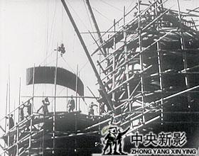 炼铁炉吊装施工现场