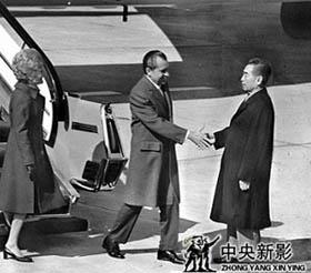 美国总统尼克松访问中国,周恩来总理机场迎接。