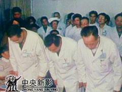 医务人员与邓小平告别
