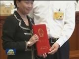 [视频]栗战书向第五任全国人大常委会香港特别行政区基本法委员会组成人员颁发任命书