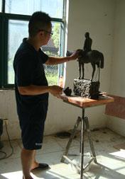 艺术家杨月强泥塑创作作品《以梦为马》