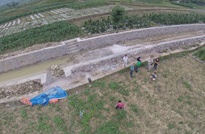 贵州罗甸,飞机即将降落,所有人都在翘首等待着拍摄成果。