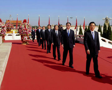 Les hauts dirigeants déposent des corbeilles de fleurs devant le Monument aux Héros du peuple