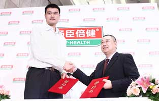 <center><b>姚明</b></center><br>2010年8月1日,上海。姚明与汤臣倍健的签约,正式成为其品牌形象代言人,成为姚明康复归国后的压轴一站。