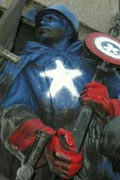 纪念碑被涂鸦成美国漫画英雄 肇事者成为通缉犯