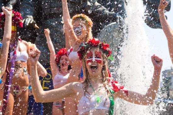乌克兰美女喷泉洗浴为球迷争取热水供应