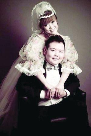 """""""网络小胖""""高调晒结婚照 新娘是其经纪人"""