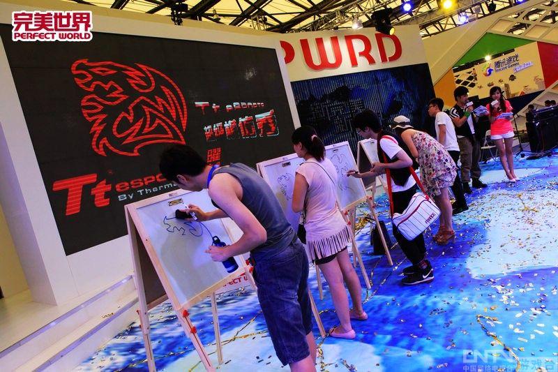 联盟/2011ChinaJoy完美展台上演ChinaJoy标志绘画游戏
