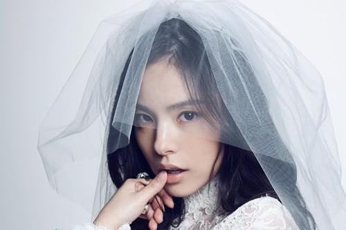 闵孝琳披婚纱拍写真 散发清纯优雅魅力