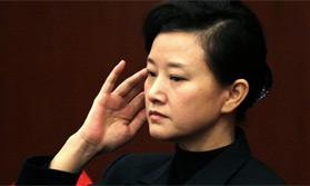 代表委员:宋祖英素颜揉眼