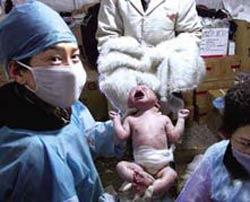 4月17日一位藏族孕妇在玉树州妇幼保健院临时救助站工作人员的帮助下,顺利生下了一个8斤重的女婴。