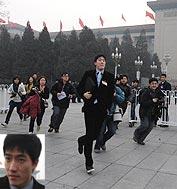 """刘翔最后一个从大会堂东门走出,一直坚持等候的数十名记者蜂拥上前采访。刘翔""""领跑""""夺路而逃。"""