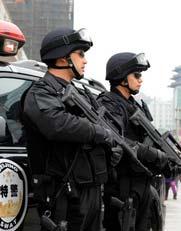 """每年的""""两会"""",北京都投入数十万安保人员,以确保""""两会""""的顺利进行。这次""""两会"""",北京为确保其顺利召开,更是加大了的防控力度,不仅启动了一级安保措施,还动员了治安巡逻队、治安志愿者、单位内保人员、社区保安等群防群治力量,特别增加了全副武装的""""摩托特警""""执勤。"""