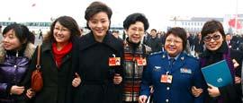 """昨天是""""三八""""国际劳动妇女节100周年,在北京出席十一届全国人大三次会议和全国政协十一届三次会议的女代表、女委员以及女工作人员,有的要按照日程参加会议,有的坚守在岗位上。责任与美丽同行,中国最高民主政治舞台上这一抹抹温柔的亮色,以多种方式在自己的节日里美丽绽放。"""