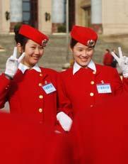 2010年3月13日,全国政协十一届三次会议在人民大会堂举行闭幕会。年轻靓丽的礼仪人员的笑容为闭幕式增添了春的气息。