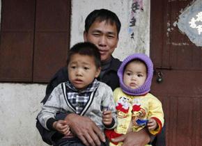 <center>记者走进黎族保突村的幸福家庭</center>