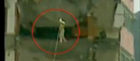 <br><center>● 五灾民被困楼上 武警战士用绳索救助</center>