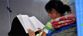 <br><center>女孩在帐篷内静静地读书</br></center>