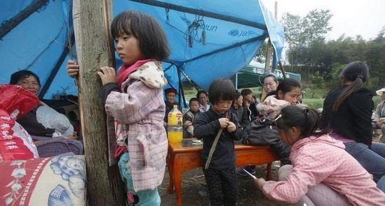 龙门乡安置点,多家灾民同住在帐篷下。