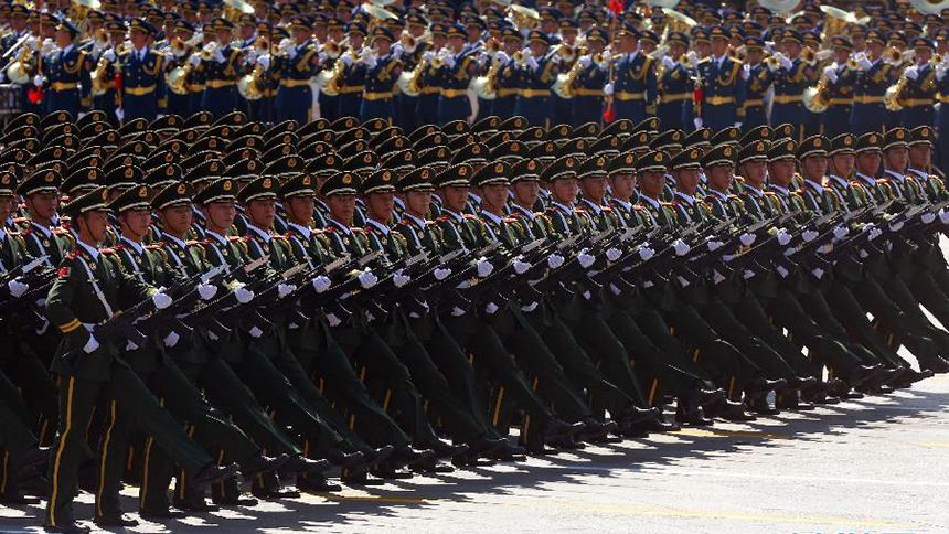 <font style=line-height:2em;color:#555>武警部队抗战英模部队方队通过天安门广场。武警部队抗战英模部队方队由武警北京总队为主抽组。在战争年代涌现出杀敌英雄连、血战磨河滩钢铁连、战斗模范连、勇如猛虎连、攻守兼备连等英雄群体。</font>