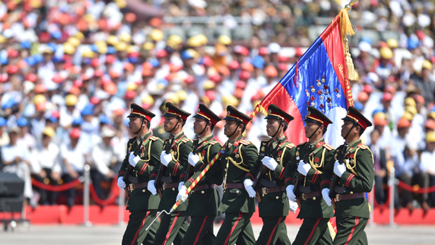 <font style=line-height:2em;color:#555>老挝人民军代表队通过天安门广场。</font>