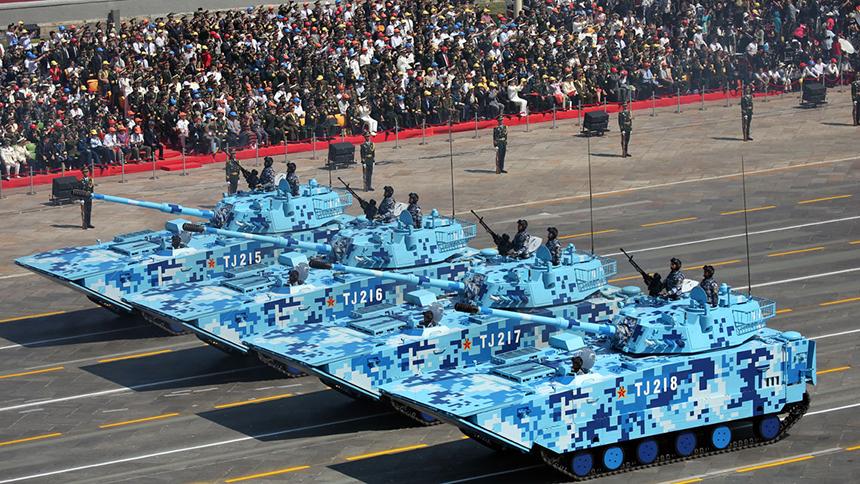 <font style=line-height:2em;color:#555>陆战队两栖突击车方队通过天安门广场。</font>