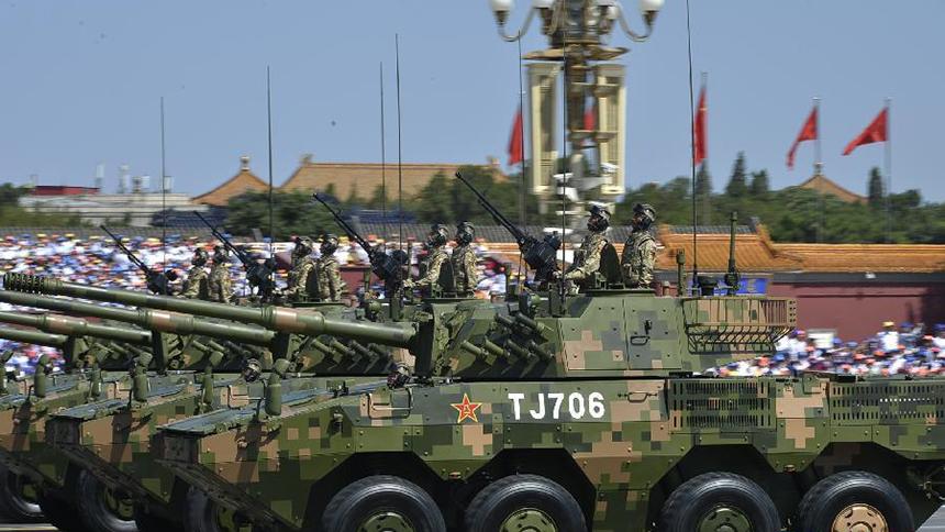 <font style=line-height:2em;color:#555>轮式装甲突击车方队接受检阅。</font>