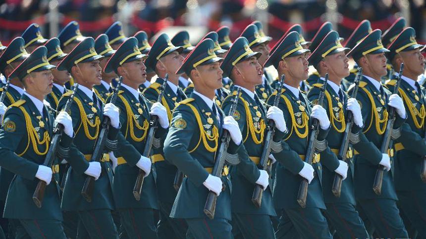<font style=line-height:2em;color:#555>哈萨克斯坦武装力量方队通过天安门广场。</font>