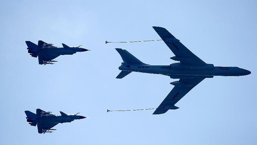 <font style=line-height:2em;color:#555>加受油机梯队飞行在北京上空。</font>