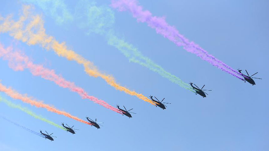 <font style=line-height:2em;color:#555>直升机梯队飞过天安门广场。</font>